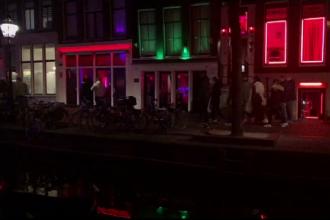 De ce vor fi interzise grupurile de turiști în Cartierul felinarelor roşii din Amsterdam