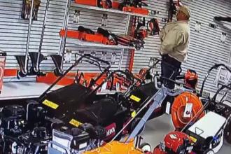 Un bărbat a încercat să fure o drujbă din magazin băgând-o în pantaloni
