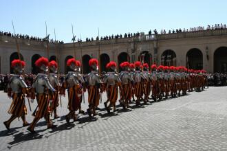 Cea mai mică armată din lume, la București pentru a-l păzi pe Papa Francisc