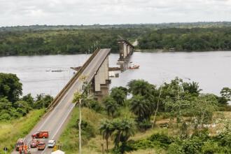Pod prăbușit, după ce a fost lovit de un feribot. Mai multe mașini au căzut în apă. VIDEO