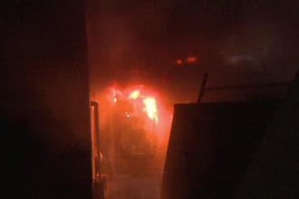 Două maşini au ars într-o parcare din Târgovişte. Focul ar fi fost pus intenţionat