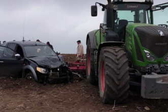 S-a urcat cu tractorul pe maşina de teren în care se aflau 5 oameni, în Iași
