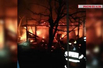 Incendiu înconjurat de mister, în Alba. Flăcări înalte de câţiva metri