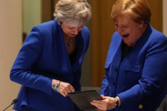 """""""Ce era pe tabletă?"""" Angela Merkel și Theresa May au râs în hohote la Bruxelles. VIDEO"""