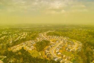 Fenomen bizar, surprins cu drona. Cu ce a fost acoperit un oraș întreg