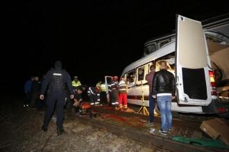 O tânără rănită în microbuzul lovit de tren a murit la spital. Pasagerii veneau din Germania