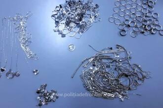 Femei prinse cu aproape 1,5 kilograme de bijuterii la ele. Cui voiau să i le facă cadou