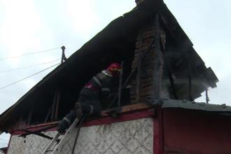 Momente de groază pentru o femeie de 81 de ani. Casa a fost cuprinsă de flăcări