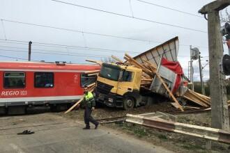 Opt persoane au fost rănite după ce un tren a lovit un TIR, în Bistriţa-Năsăud. FOTO