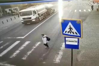 Momentul în care o elevă din Bistrița e spulberată pe trecerea de pietoni de un microbuz