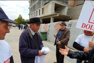 """VIDEO: ce pățește un """"susținător"""" când ezită să își pună tricoul cu PSD. """"Ți-e rușine?"""""""