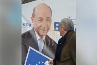 """Ilie Năstase, numit """"un mare golan"""". Gestul făcut lângă un afiș cu Traian Băsescu. VIDEO"""