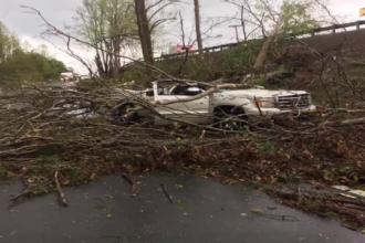 Ambulanţă prinsă într-o tornadă. Ce au găsit lângă maşină când s-a terminat furtuna