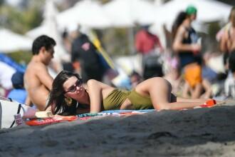Modelul Emily Ratajkowski, apariție spectaculoasă pe plajă de Paște. GALERIE FOTO