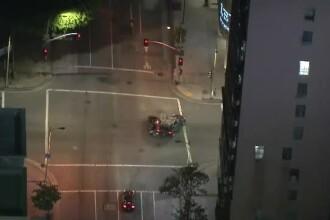 Scene dure în Los Angeles. O mașină urmărită de poliție se izbește de alt autoturism