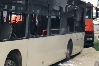 """STB, despre autobuzul care s-a oprit într-un bloc: """"Șoferului i s-ar fi facut rău la volan"""""""