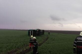 Un autocar cu 39 de persoane s-a răsturnat pe A2, din cauza vântului. 12 pasageri răniți