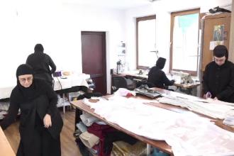 Călugărițele dau o mână de ajutor în plină pandemie. Confecționează măști și lenjerii pentru spitale