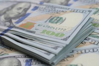 Mai multe persoane, arestate după ce au plătit cumpărăturile la piață în Sălaj cu 100 de dolari falși