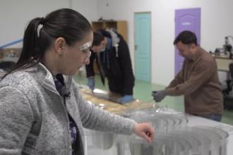 Cine sunt voluntarii care produc viziere pentru medici. Au confecționat deja 6.000 de bucăți