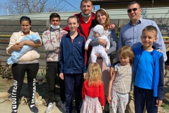 Tânărul care s-a dus călare la spital să-și vadă nou-născutul s-a mutat la casă nouă