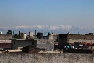 """Oamenii din India pot vedea Himalaya pentru prima dată după """"zeci de ani"""""""