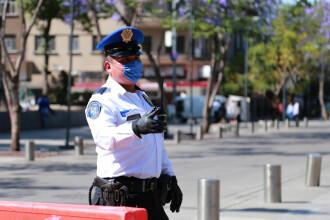 Bărbat, pedepsit de localnici, după ce a fost prins că a furat. L-au legat de un stâlp de iluminat. VIDEO