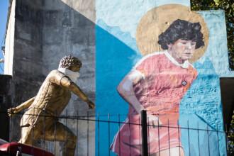 În Argentina, până și statuia lui Maradona poartă mască