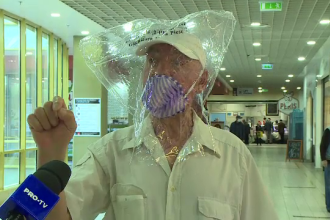 """A ieșit la cumpărături cu punga pe cap: """"Virusul intră pe lângă ochi"""""""