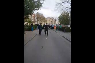 VIDEO Polițiști agresați într-un cartier din Hunedoara. Mai multe persoane, duse la audieri