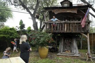 Un medic din Texas s-a autoizolat în casa din copac a familiei