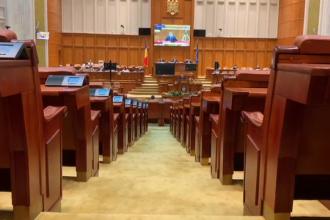 La prima şedinţă off-line, parlamentarii nu au respectat distanţarea socială şi au vorbit la ureche