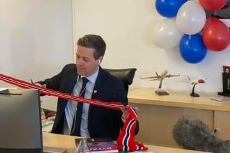 Un ministru a inaugurat un proiect de infrastructură tăind panglica singur, din biroul său