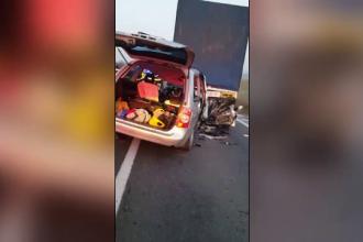 """Patru bărbați au murit în drum spre muncă, după ce au intrat cu mașina într-un TIR """"înțepenit"""" pe prima bandă"""