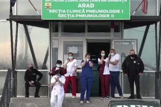 Un grup de arădeni a dus flori medicilor din secțiile Covid, după ce au fost jigniți de protestatari