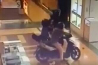 Scene incredibile în Spania. Hoți pe motociclete au jefuit un magazin de bijuterii