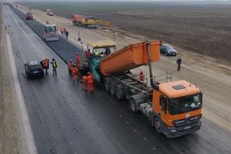 """VIDEO. """"Autostrada Ford"""". Muncitorii au început să toarne asfalt pe tronsonul 2"""
