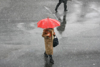 Vremea azi, 6 aprilie. Ploile se vor transforma în lapoviță și ninsori pe seară