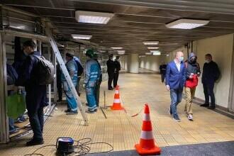 VIDEO. Autoritățile au început demolarea chioșcurilor și magazinelor de la metrou