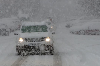 """Iarna s-a întors în mai multe zone din țară. Șoferii au rămas blocați pe drumurile alunecoase: """"Totul e blocat"""""""