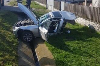BMW rupt în două în urma unui accident. Jumătate din maşină a fost aruncată pe partea opusă a şoselei