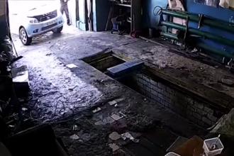O șoferiță a spulberat cu mașina un mecanic, într-un service auto din Rusia. VIDEO