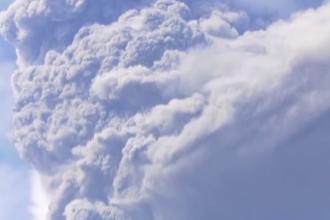 Vulcanul La Soufrière din insula caraibiană Saint Vincent a erupt violent, împrăştiind nori groşi de cenuşă. VIDEO