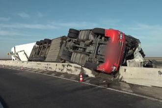 Un şofer de TIR de numai 28 de ani a murit după a fost aruncat din cabina camionului, pe A11