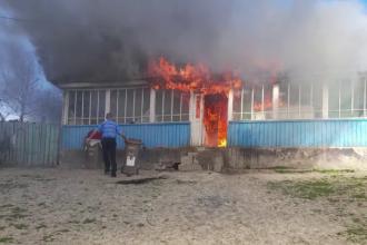 Doi copii din Iași au dat foc la casă, încercând să încălzească mâncarea. Familia locuiește acum la rude