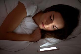 Cât de periculos este să dormi cu telefonul lângă tine. Explicațiile unui expert