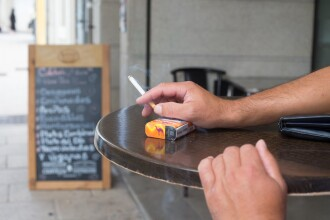 Fumatul ar putea fi interzis pe terasele hotelurilor și restaurantelor din Spania