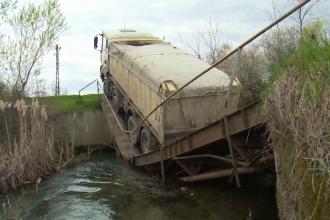 """Un camion a rupt un pod din Dâmbovița, după ce șoferul a fost păcălit de GPS. """"Odată a trosnit și…"""""""