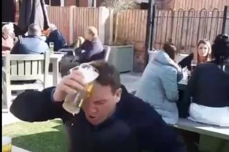 Video. Gestul unui britanic a devenit viral. Ce a putut să facă cu prima bere comandată în patru luni