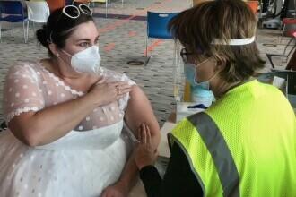 O americancă s-a prezentat la vaccinarea anti-Covid în rochie de mireasă